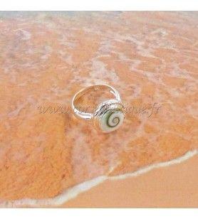 Bague ronde en argent contour ciselé et oeil de Sainte Lucie