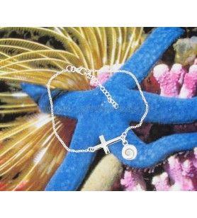 Bracelet composé d'une croix en argent et d'une breloque oeil de Sainte Lucie